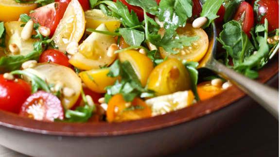Salade de tomates, huile de mandarine et pousses de roquette