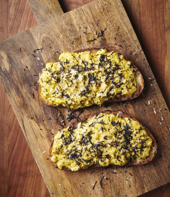 Crostini cacio e pepe aux œufs et à la truffe