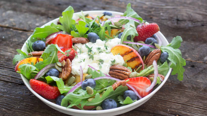 Salade fraîcheur à la roquette et aux petits fruits