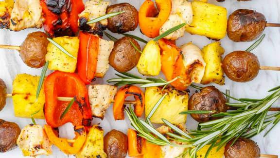 Kebabs aux pommes de terre, à l'ananas et au poulet à l'orange