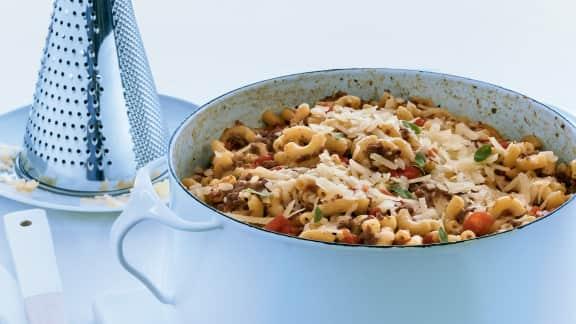 Macaroni à la viande et aux tomates en un chaudron