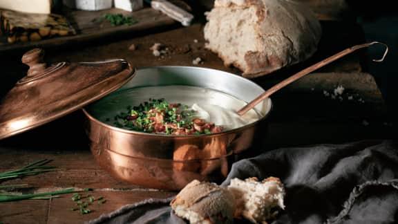 Soupe onctueuse aux topinambours, au bacon et à la ciboulette