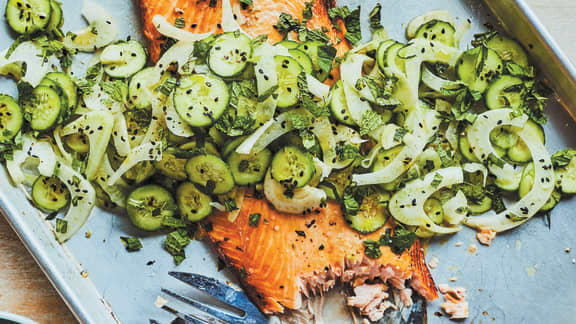Saumon grillé et salade de concombre et de fenouil