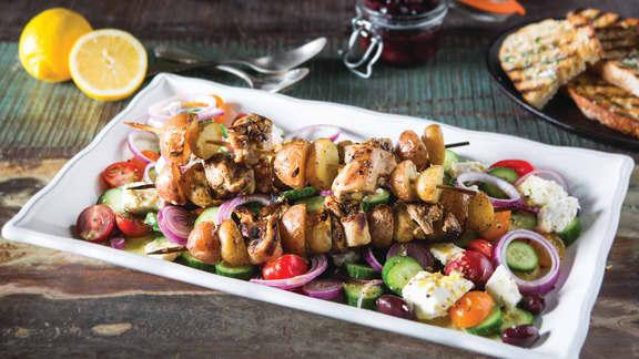 Jeudi : Kebabs grillés avec pommes de terre grelots et salade grecque
