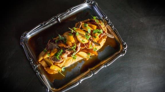 Grosse côte de porc, pommes caramélisées, purée de rutabaga