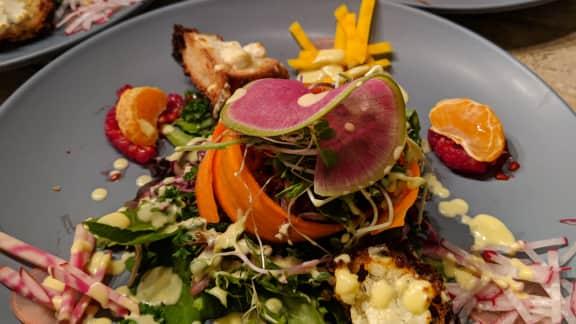 Salade croquante, croûtons de chèvre chaud et vinaigrette tiède aux agrumes