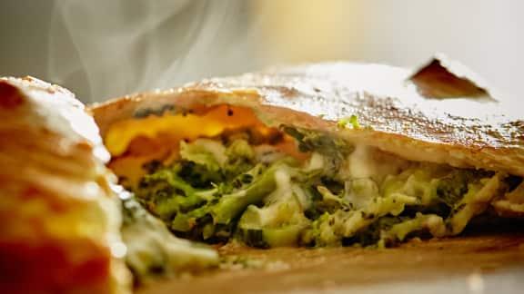 Calzone aux légumes verts et fromage mozzarella