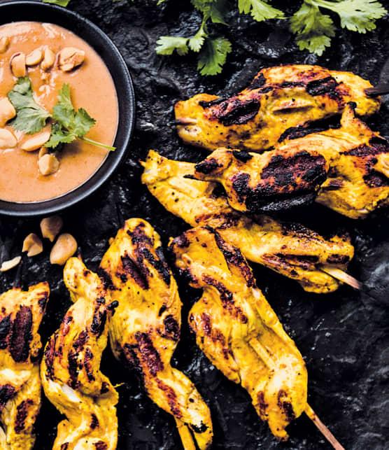 Satay de poulet au cari, sauce aux pinottes