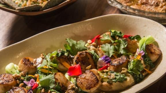 Pétoncles rôtis, sauce aux arachides et purée de pois chiches au miso