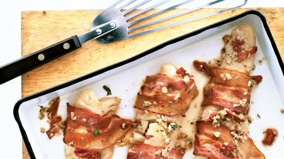 Filet de morue en robe de bacon sauce vierge aux palourdes