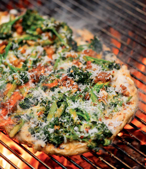 Pizza grillée à la pomme de terre, au broccolini et à la saucisse