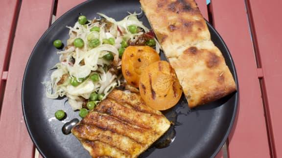 Cheddar frais grillé, salade de fenouil et de radicchio, abricots grillés