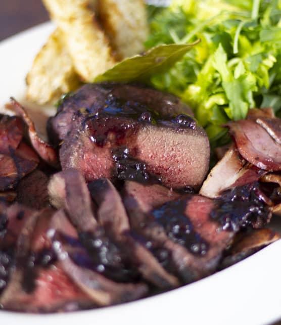 Filets de cerf marinés et grillés, sauce au bleuet