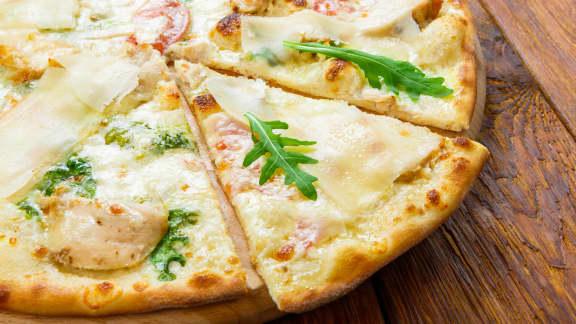 Pizza à la roquette et à la mozzarella