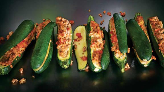 Zucchinis farcis avec de la saucisse italienne