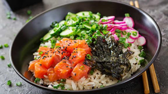 Bol de poké au saumon mariné