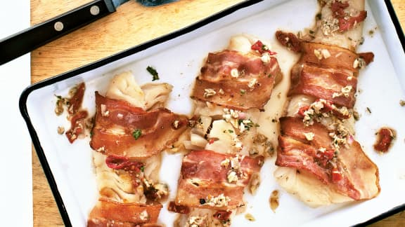 Filet de morue en robe de bacon et sauce vierge aux palourdes