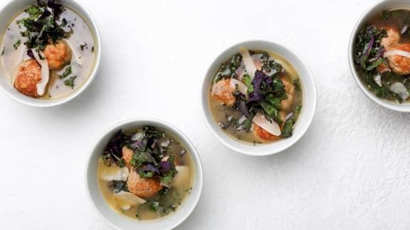 Soupe aux boulettes de poulet et au chou kale