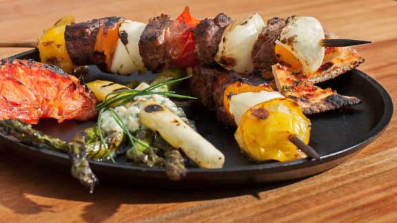 brochette de boeuf aux épices et légumes grillés crémeux