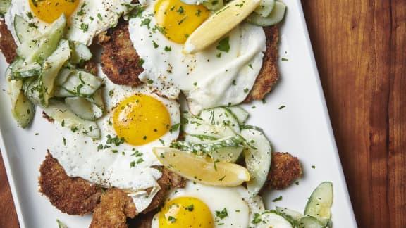 Schnitzel et œuf miroir, salade de concombre crémeuse