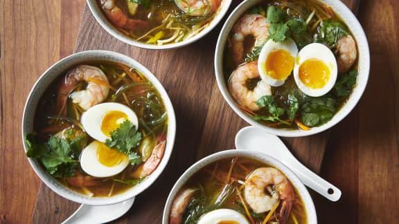 Soupe ramen à base de dashi, œuf mollet, légumes et crevettes