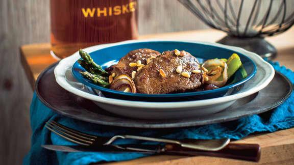 Onglet de veau, mariné au whisky, sur lit d'asperges et oignons grillés
