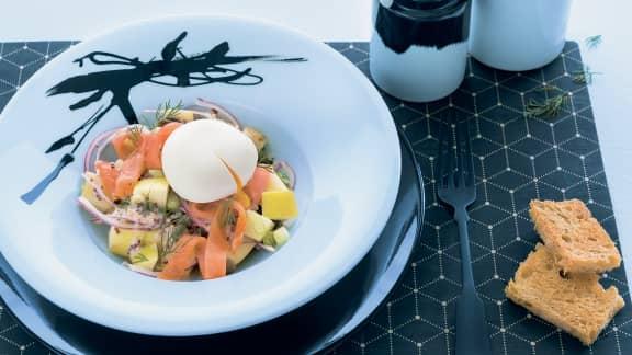 Salade repas, pommes de terre, éclats de saumon et oeuf poché