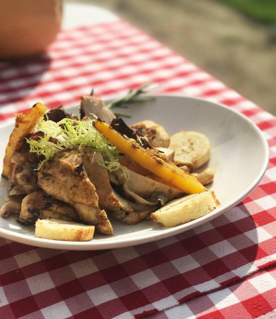 Suprêmes de poulet et brochettes d'abatis de poulet laqués, pommes et courges grillées