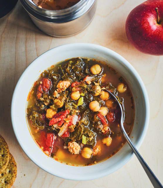 Soupe italienne au kale et à la saucisse