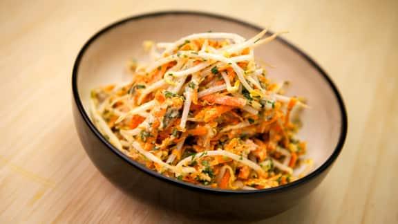 Salade de fèves germées et de carottes râpées
