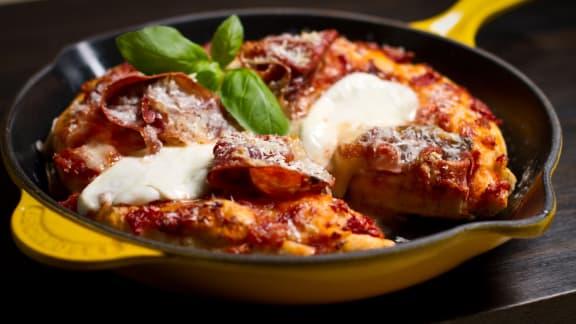 Pizza au prosciutto, aux champignons et à la mozzarella di buffala