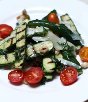 Comment préparer une salade de courgettes grillées et de noisettes