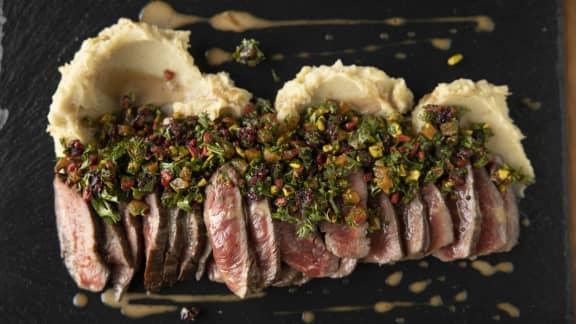 Tataki de bœuf Québécois, condiment de fruits séchés acidulé et relevé, émulsion à l'ail noir