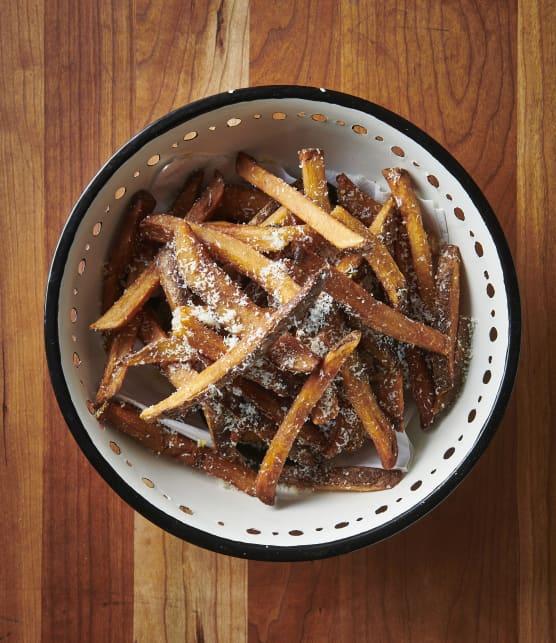 Les meilleures frites au sel de citron et au fromage Romano