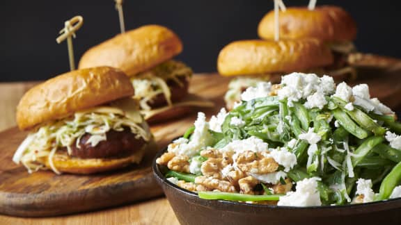 Burgers à la saucisse toscane et sa salade de choux piquante
