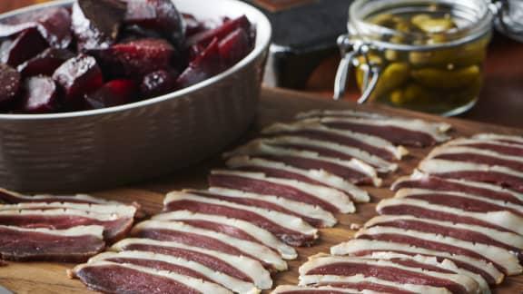 Raclette au fromage de brebis et prosciutto de canard séché, betteraves rôties