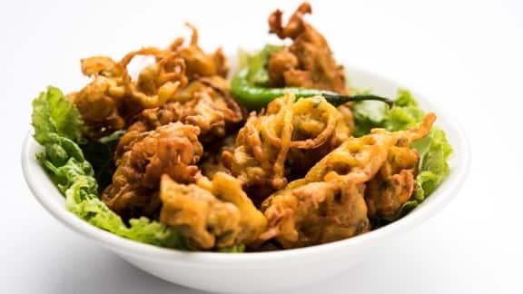bhaji aux pois chiches, à la betterave jaune et à l'oignon rouge