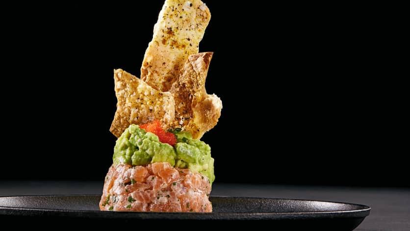 Tartare de saumon, avocat et chips de tortilla