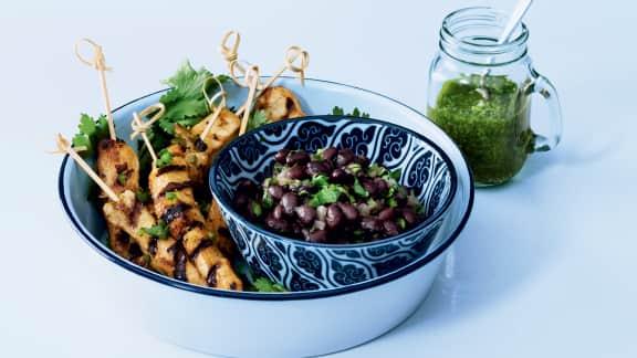 Brochettes de poulet, salsa verde et haricots noirs « frijoles »