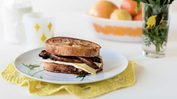 Sandwich de pain perdu aux portobellos et brie