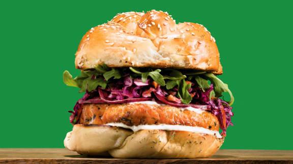 Burger de saumon, sauce crémeuse à la lime