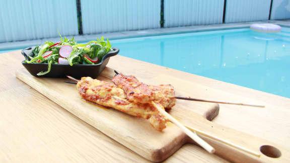 Brochettes de poulet au cari rouge, salade verte et radis marinés