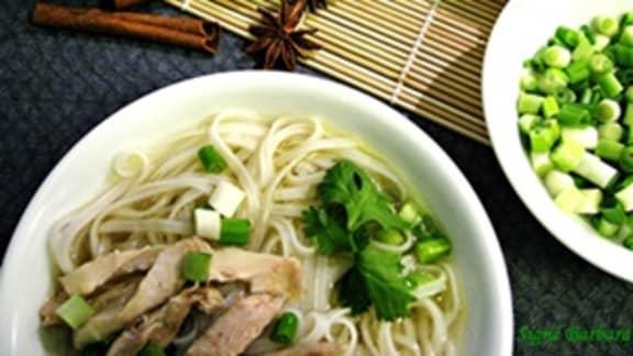 Pho gà (bouillon pho comme au Vietnam)