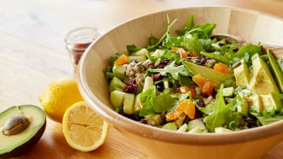 Salade de roquette au sarrasin, à l'avocat et aux fruits séchés