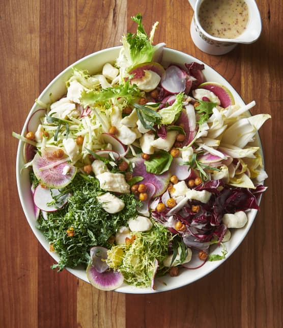 Salade de feuilles amères, vinaigrette au miel de sarrasin et croustillant de pois chiches