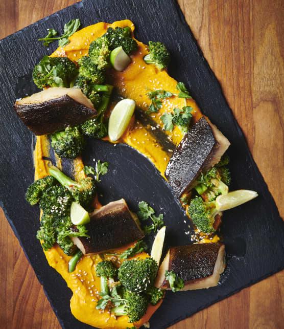 Morue noire au miso, salade tiède de brocolis au sésame et sa purée de carotte
