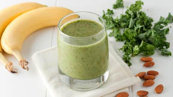 Smoothie aux bananes, lait d'amande et kale