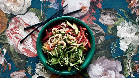 Salade froide de nouilles soba et de mâche