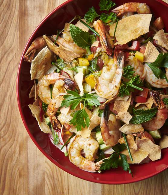 Salade Fatouche classique et brochettes de crevettes grillées aux épices