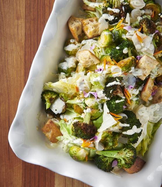 Salade de choux de Bruxelles et brocolis rôtis, vinaigrette ranch maison